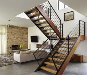 Modernas kāpnes ar kāpņu laukumu