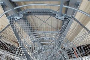 Vītņu kāpnes pakāpieni no režģa industriāliem objektiem